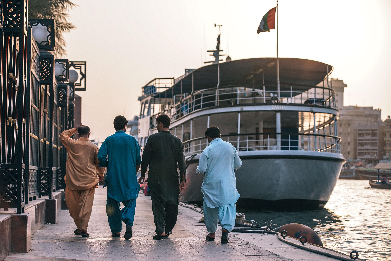 港を歩くムスリムの人たち