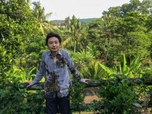 熱帯の緑を背景に